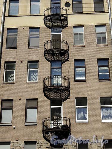 Тверская ул., д. 2. Доходный дом А.С. Обольянинова. Пол балконов исполнен из частого ряда железных прутьев. Фото август 2010 г.
