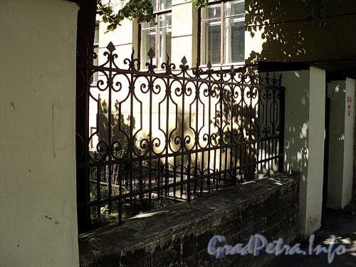 Тверская ул., д. 16. Фрагмент ограды курдонера. Вид со Ставропольской улицы. Фото август 2010 г.