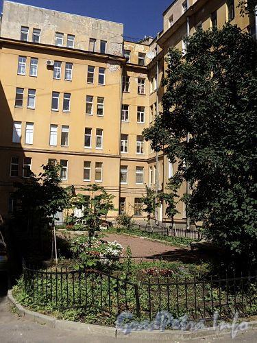 Сквер в курдонере дома 20 по Тверской улице. Фото август 2010 г.