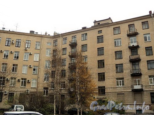 Тверская ул., д. 31 (корпус по пл. Пролетарской Диктатуры) (слева), Суворовский пр., д. 62 (справа). Вид со двора. Фото октябрь 2010 г.