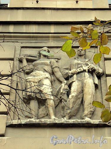 Тверская ул., д. 31. Барельеф. Фото октябрь 2010 г.