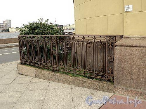 Гагаринская ул., д. 2 / наб. Кутузова, д. 22. Ограда палисадника на углу дома. Фото сентябрь 2010 г.
