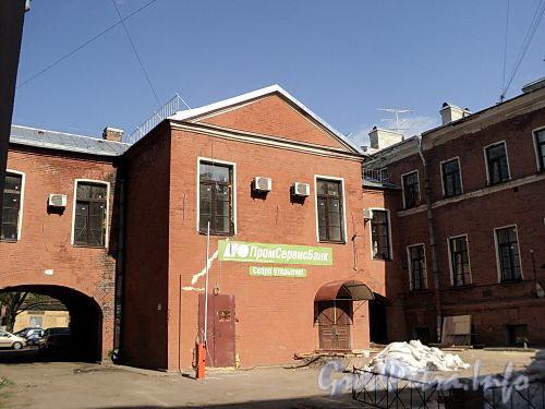 Крытый переход между корпусами домов 12 и 16 по Рузовской улице. Фото май 2010 г.