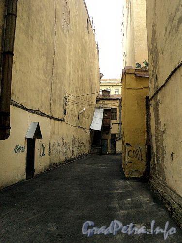 Встройка между домами 5 и 7 по Гагаринской улице. Вид со двора. Фото сентябрь 2010 г.
