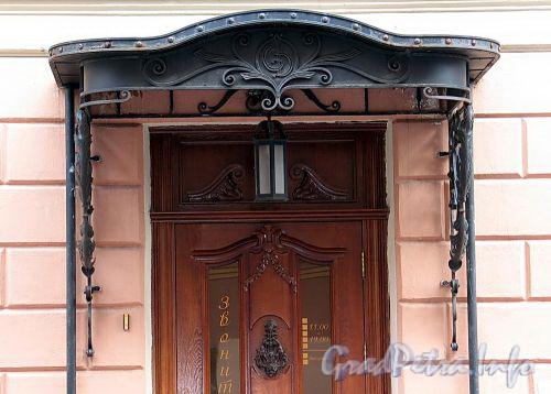 Гагаринская ул., д. 12 (левый корпус). Козырек входа в салон. Фото сентябрь 2010 г.