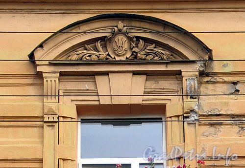 Гагаринская ул., д. 14. Вензель бывшего владельца на сандрике оконного проема. Фото сентябрь 2010 г.