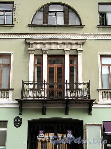 Гагаринская ул., д. 16. Фрагмент центральной части фасада. Фото сентябрь 2010 г.