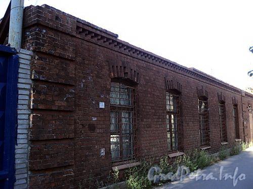 Смоленская ул., д. 18-20. Уцелевшая стена флигеля. Фото июль 2010 г.