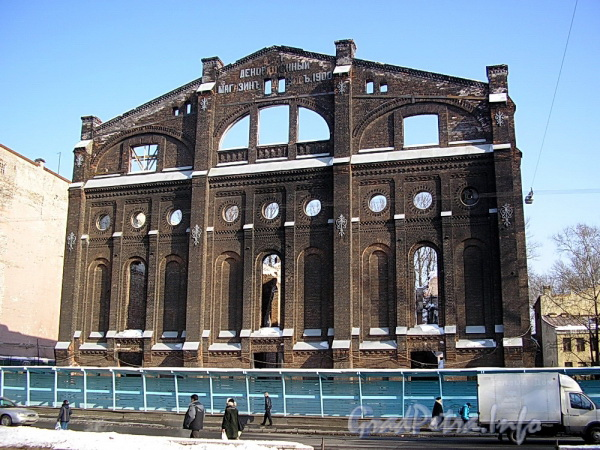 Ул. Писарева, д. 20. Фасад остова здания после пожара 2003 года. Фото март 2005 г.