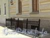 Мал. Конюшенная ул., д. 10. Вход в полуподвальное помещение. Фото август 2011 г.