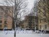 Проход от 2-ой Комсомольской улицы в сторону улицы Летчика Пилютова между домами 35 (слева) и 33 (корп. 1 и 2). Вдали видны корпуса дома 40 по улице Летчика Питютова (корп. 2 и 1). Фото январь 2012 г.