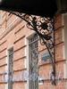 Инструментальная ул., д. 6. Кронштейн козырька над парадным входом. Фото сентябрь 2011 г.