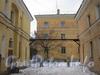 Вид на дом 19 по ул. Белоусова (в центре) через проход между домами 17 (слева) по ул. Белоусова и 37 (справа) по Севастопольской ул. Фото февраль 2012 г.