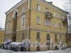 Ул. Белоусова, дом 17. Общий вид дома со стороны двора и парадной. Фото февраль 2012 г.