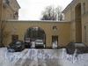 Ворота между 18 (справа) и 16 (слева) домами по ул. Белоусова. Фото февраль 2012 г.