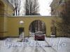 Ул. Белоусова, дом 16. Ворота между домами 16 (справа) и 14 (слева). Вид с ул. Белоусова. Фото февраль 2012 г.
