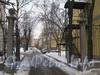 Проезд во двор 17 домов по Новоовсянниковской ул. Справа крайний дом 17, далее виден 2-этажный дом 17а. За ним 3-этажный дом 18 корпус 1 по ул. Белоусова. Фото февраль 2012 г.