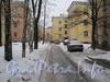 Проезд во дворе домов 20-24 по ул. Белоусова. Справа жёлтый 3-этажный дом - 20, слева - часть дома 22. В центре через ворота видно дом 27 по ул. Белоусова. Фото февраль 2012 г.