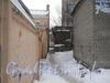 Проход между домами 26 по ул. Зои Космодемьянской (слева) и домом 35 по ул. Трефолева (справа) от ул. Зои Космодемьянской к ул. Трефолева. Фото февраль 2012 г.