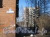 Табличка с номером на доме 23, корпус 7 по ул. Лёни Голикова (слева) и дом 15, корпус 4 (на заднем плане справа). Фото март 2012 г.