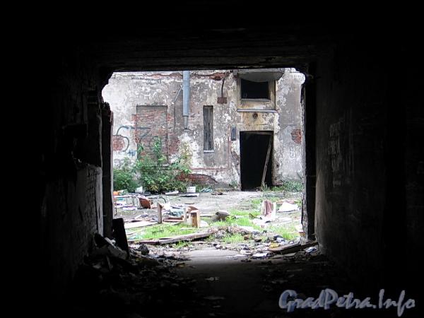 Ул. Розенштейна, д. 39. Вид во внутренний двор через арку. Фото сентябрь 2011 г.