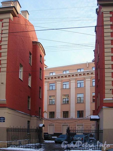 Ул. Котовского, д. 1 (правая часть). Ограда между корпусами дома после ремонта. Фото февраль 2012 г.