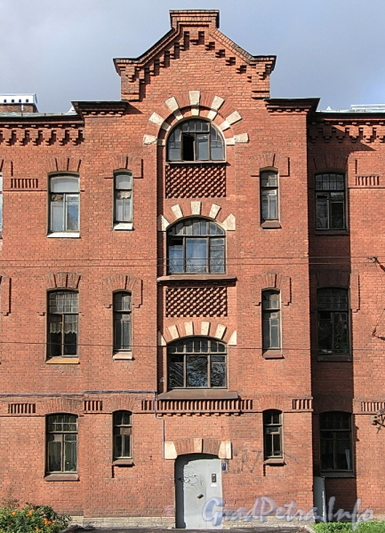 Ремесленная ул., д. 3. Фрагмент фасада. Фото октябрь 2011 г.