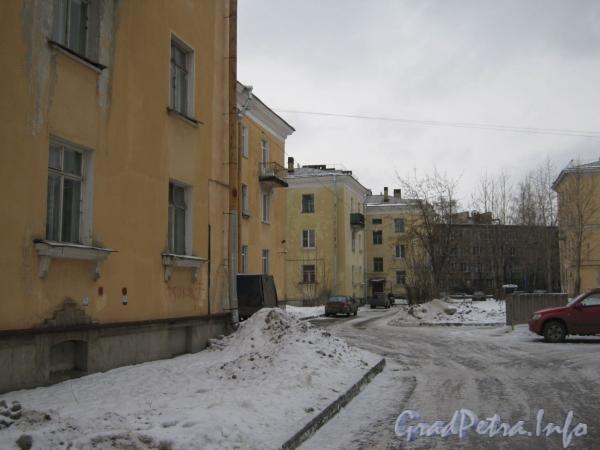 Ул. Белоусова, дом 27 (слева) и дом 29 (в центре). Вид со стороны двора. Фото февраль 2012 г.