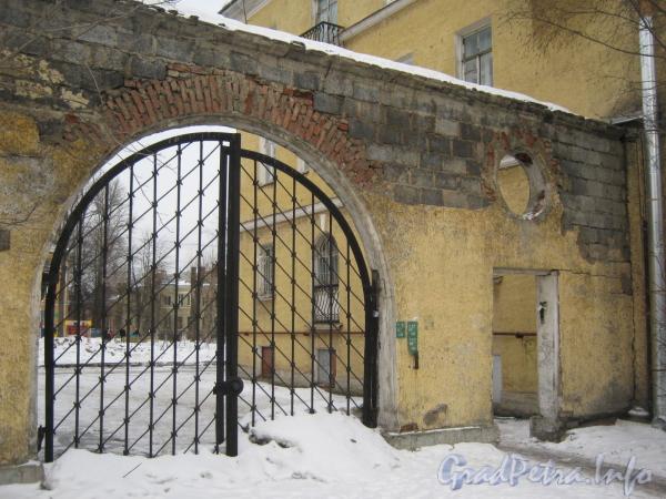 Ул. Белоусова, дом 15. Ворота дома со стороны ул. Белоусова. Фото февраль 2012 г.