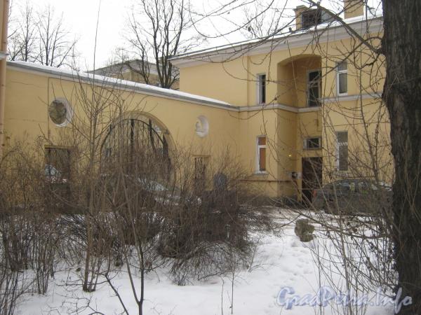 Ул. Белоусова, дом 18. Общий вид дома со стороны парадной и ворот. Фото февраль 2012 г.