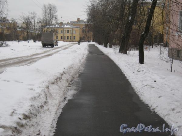 Ул. Белоусова, дом 18. Пешеходная дорожка от Баррикадной ул. к дому 18 по ул. Белоусова (в центре). Фото февраль 2012 г.