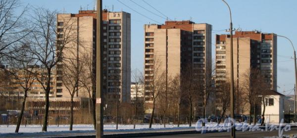 Ул. Здоровцева, дом 10 (справа), дом 12 (в центре) и дом 14 (слева). Вид с перекрёстка ул. Добровольцев и пр. Ветеранов. Фото март 2012 г.