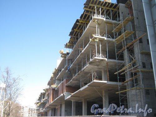 Ул. Ленсовета, дом 101, литера А. Общий вид строящегося здания со Звёздной ул. Фото апрель 2012 г.