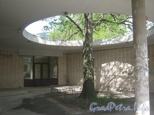 Звёздная ул., дом 12. Странности архитектуры правого крыла здания. Фото июнь 2012 г.