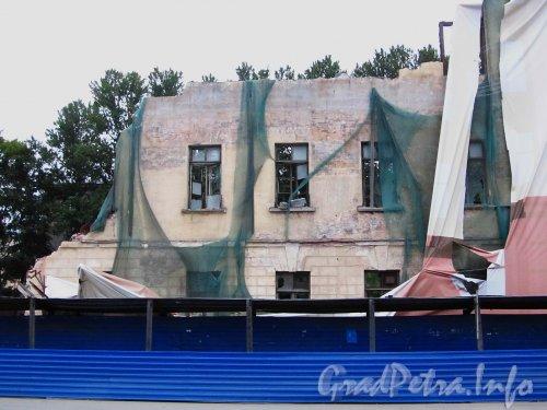Ул. Гастелло, дом 16. Реконструкция здания общежития Государственного Университета Аэрокосмического Приборостроения (ЛИАП). Центральная часть, вид с улицы Гастелло. Фото 1 сентября 2012 года.