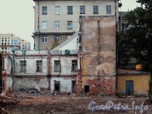 Ул. Гастелло, дом 16. Реконструкция здания общежития Государственного Университета Аэрокосмического Приборостроения (ЛИАП). Левая часть, вид со двора. Фото 1 сентября 2012 года.
