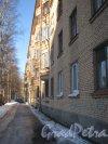 Ул. Капитана Воронина, дом 12. Фрагмент фасада и проход вдоль него в сторону Парголовской ул. Фото 5 февраля 2013 г.