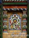Колокольная ул., дом 11. Майоликовая вставка после реставрации. Фото 26 марта 2013 г.