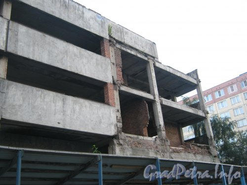 Ул. Руднева, дом 15, литера Д. Общий вид с ул. Руднева на недостроенное здание. Фото 4 сентября 2012 г.