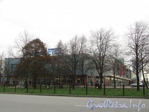 Ул. Типанова, дом 21. Торгово-развлекательный комплекс «Питер». Фото ноябрь 2012 года.