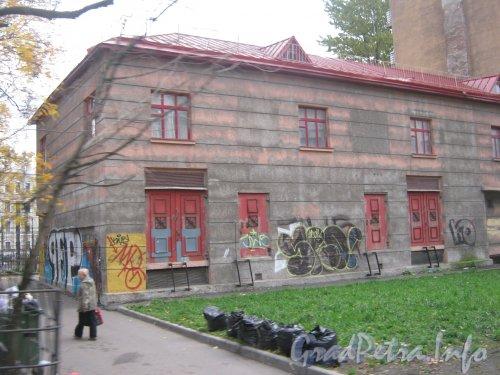 Ул. Декабристов, дом 29, литера Б. Вид с Матвеева пер. Фото 19 октября 2012 г.