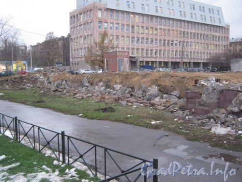 Гренадерская ул., дом 20. Остатки снесённого здания на пересечении Гренадерской ул. и Лесного пр. Фото 2 ноября 2012 г.