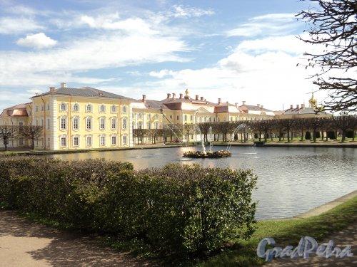 Разводная ул., дом 2. Большой Петергофский дворец и западный фонтан квадратных прудов Верхнего парка. Фото май 2010 г.