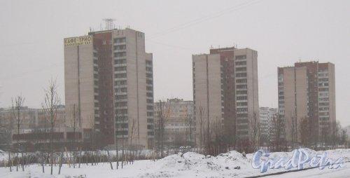 Улица Здоровцева, дома 10 (справа), 12 (в центре) и 14 (слева). Вид с пересечения улиц Добровольцев и Отважных. Фото 6 января 2013 г.