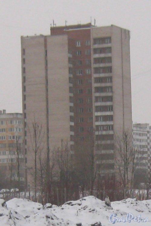 Улица Здоровцева, дом 12. Вид с пересечения улиц Добровольцев и Отважных. Фото 6 января 2013 г.