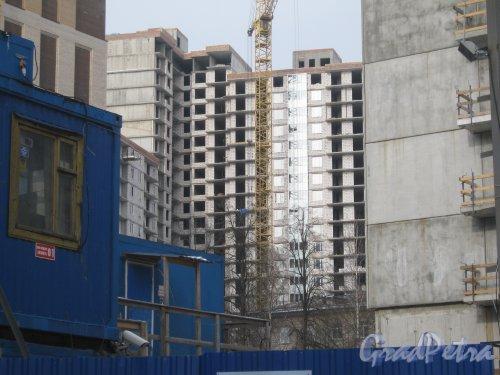 Зеленогорская ул., дом 13. Общий вид со стороны дома 16 корпус 2 по пр. Энгельса на строящийся дом. Фото 26 февраля 2013 г.