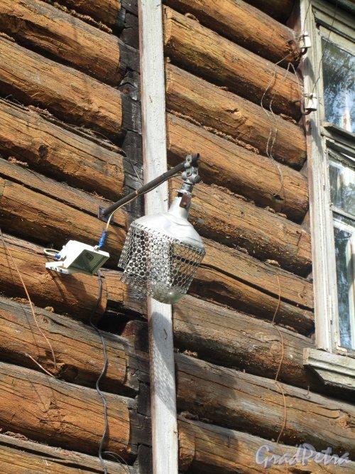 Пос. Красный Бор, ул. Культуры, дом 2 / Вокзальная ул., дом 34. Фонарь на доме. Фото 1 сентября 2012 г.