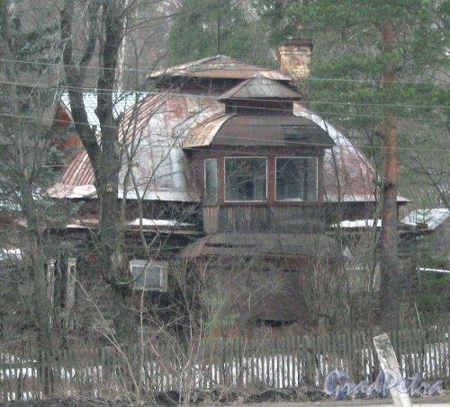 Пос. Вырица (Гатчинский р-н), ул. 1-го Мая, дом 40. Общий вид с ж/д платформы. Фото зима 2012 г.