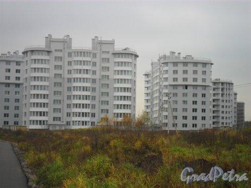Улица Доктора Сотникова, дом 3. Справа дома 5 и 7, слева дом 1. Фото осень 2011. Дома сразу после заселения.