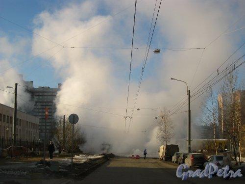 Прорыв теплотрассы на улице Есенина у дома 34, корп. 1. Фото 22 марта 2013 г. (время 10:02)